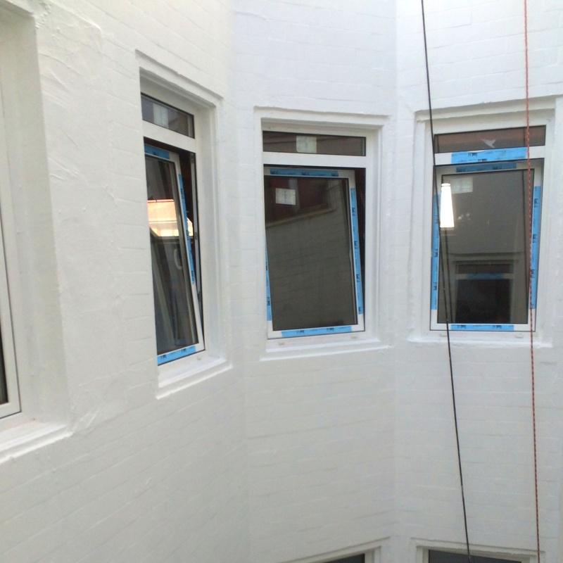 Instalación de ventanas en patio interior.