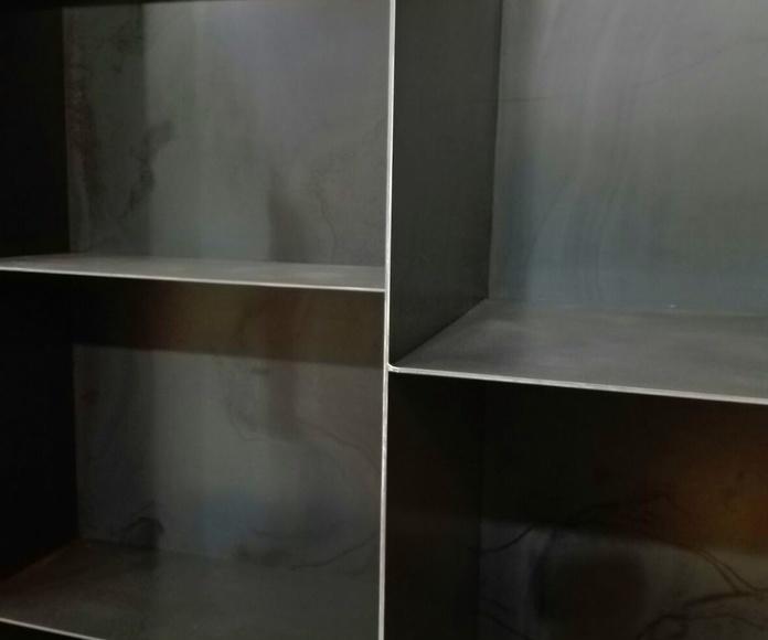 Mueble contenedor de leña y baldas integradas