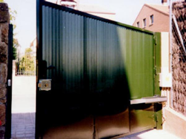 A la automatización de puertas en Carabanchel, Madrid, se dedican los profesionales de la empresa Automatizaciones Lázaro