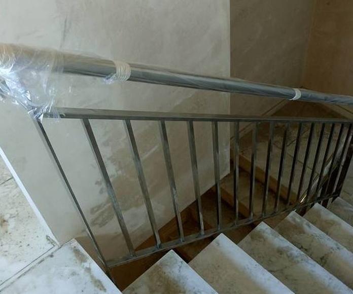 Barandilla de acero inoxidable con diseño personalizado no escalable montada para comunidad de vecinos.