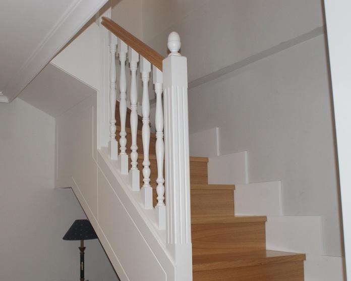 Escalera de madera lacada