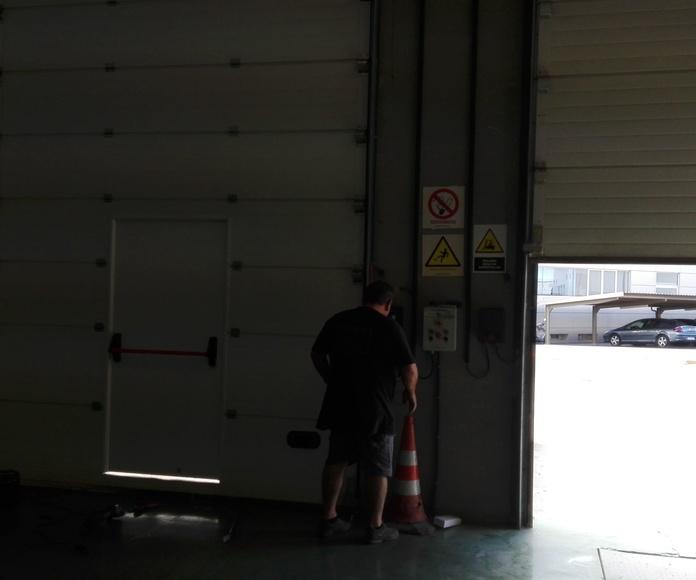 Puerta peatonal en puerta seccional