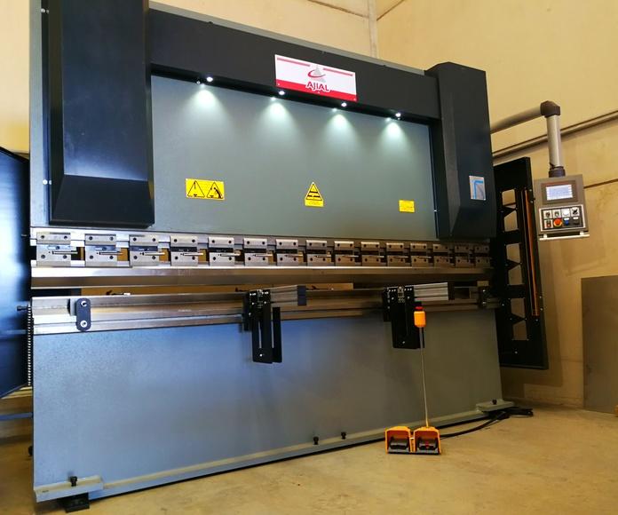 Plegadora de última generación con control numérico para alta calidad y precisión en plegado de piezas o perfiles compuestos por chapa de diferentes espesores.