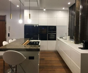Cocina blanca y encimera granito
