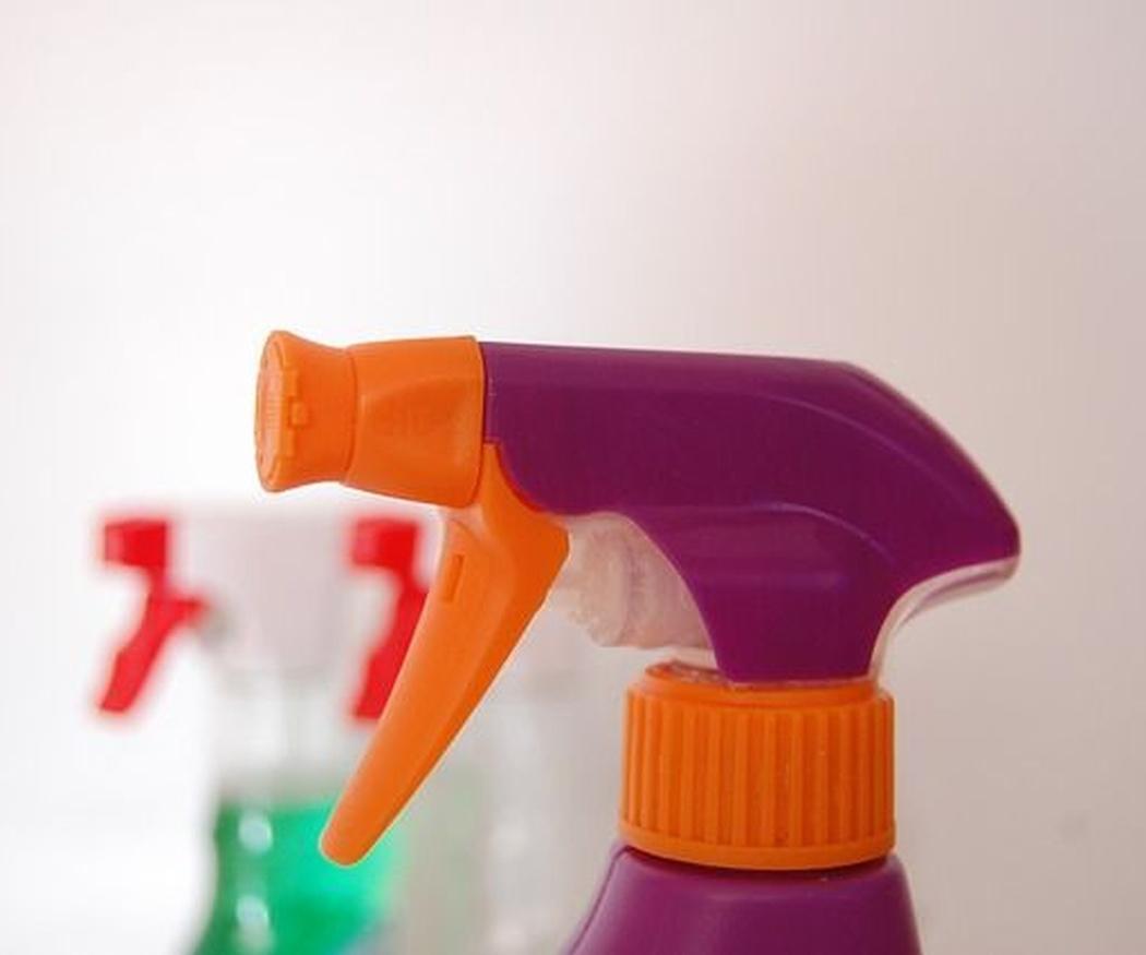 ¿Qué significado tiene la etiqueta europea Ecolabel en productos de limpieza?