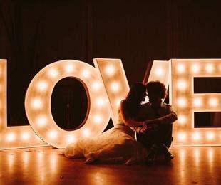 Composición LOVE con bombillas