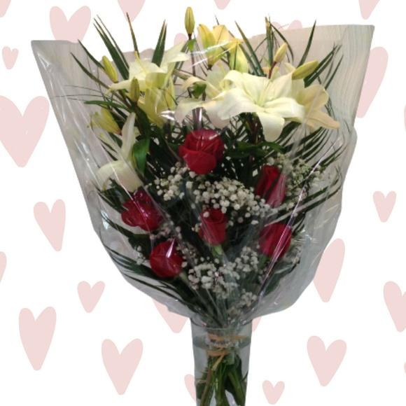 Ramo de 6 rosas con lilium:  de Floristería Contreras