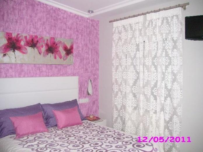 Cortina en tejido devore con barra rectangular en dormitorio