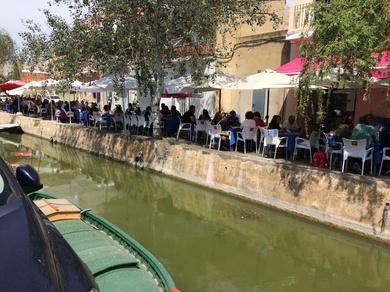 Todas las mesas al lado justo del canal