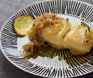 Bacalao noruego a la brasa con cebolla caramelizada