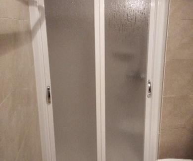 Nuevo embaldosado con posterior colocacion mampara en plato ducha