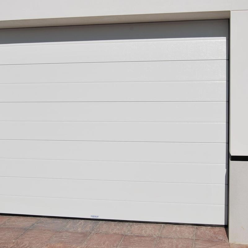 Perta seccional de panel blanco liso con un canal.