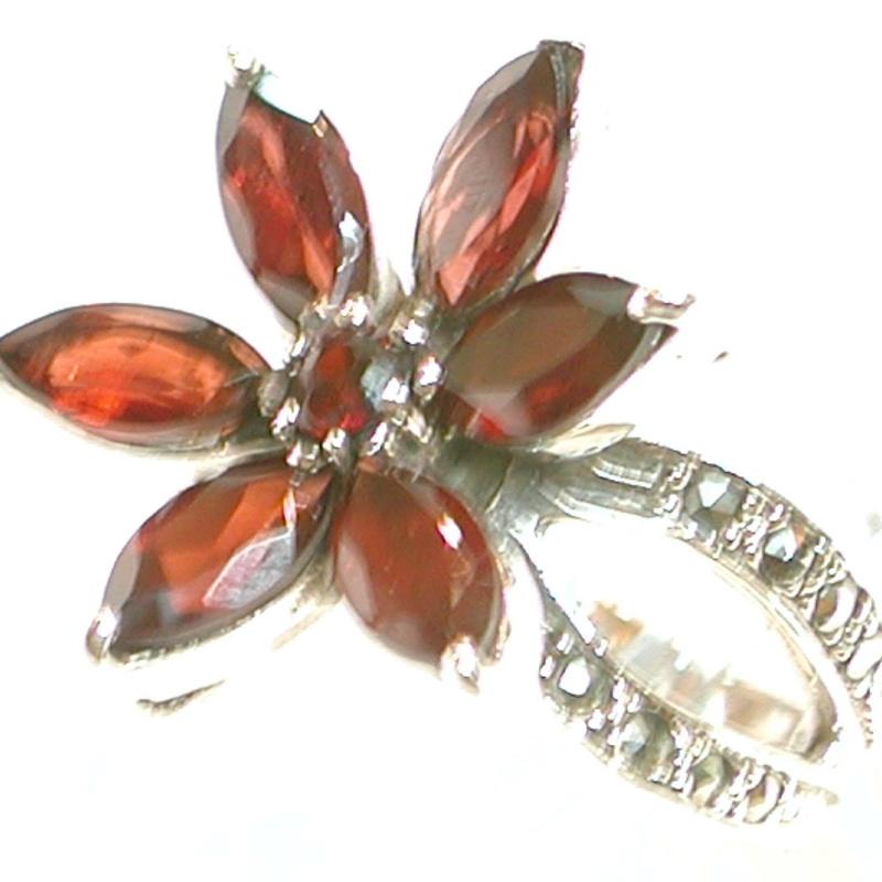 Sortija Flor de Plata de 1ª Ley con Granates XS-024/09: Catálogo de Antigua Joyeros