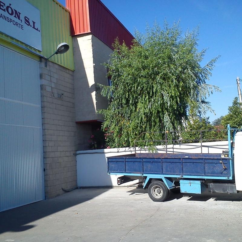 Puerta industrial basculante motorizada.