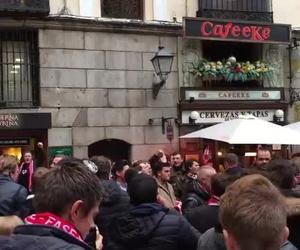 """Seguidores del PSV disfrutando de la cerveza de """"nuestra casa"""""""