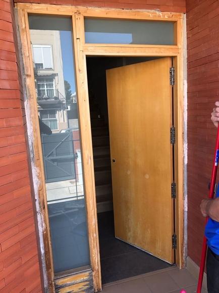 Puerta de madera antes de ser forrada.