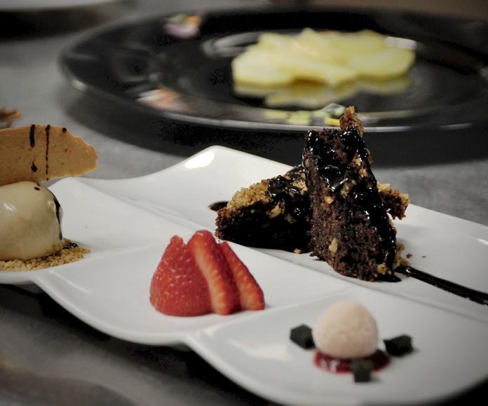 Brownie casero de chocolate con nueces, helado de dulce de leche y delicia de coco.