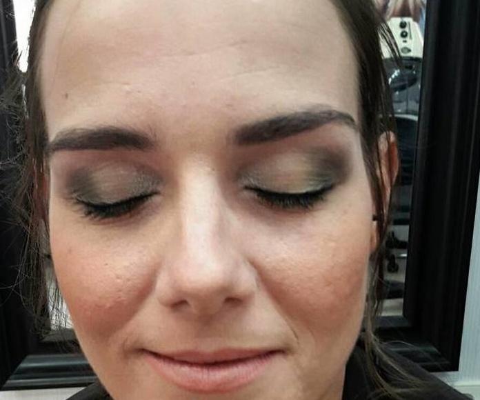 Suave maquillaje en tonos verdosos