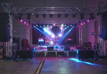 montaje escenario con iluminaciòn y sonido