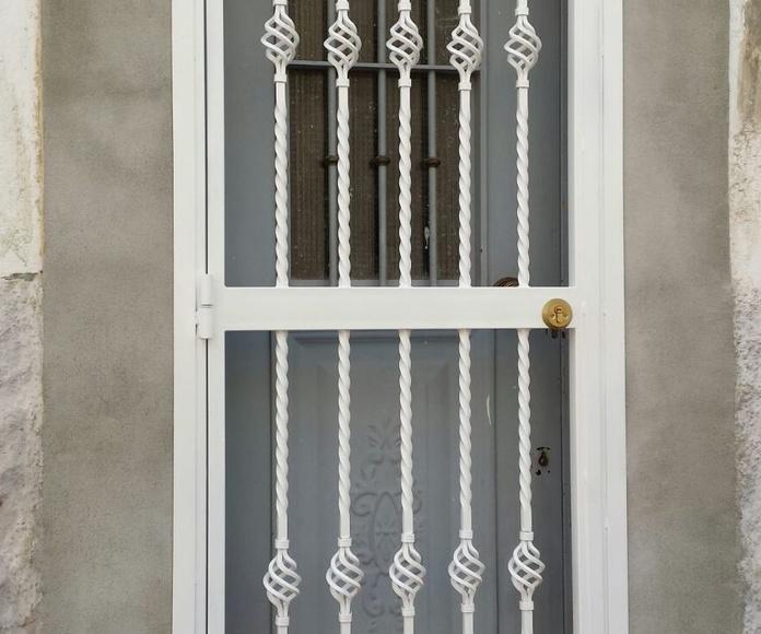 Puerta de hierro con reja/ Cerrajeria  Peña en madrid