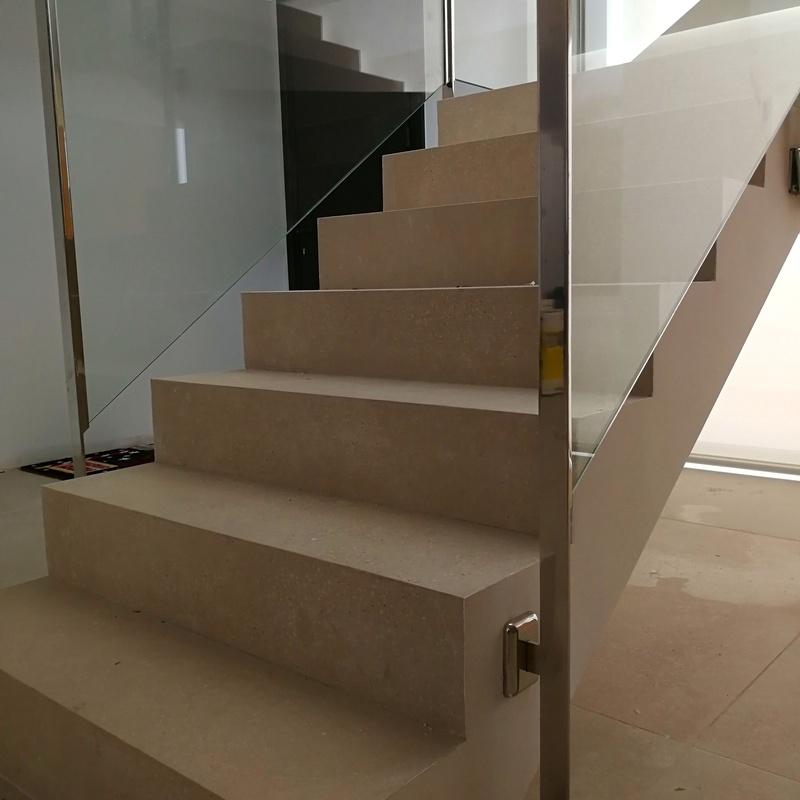 Barandilla de acero inoxidable y vidrio de seguridad diseñada y fabricada a medida para vivienda particular