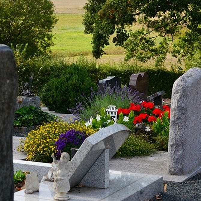 La simbología de las flores en las coronas funerarias