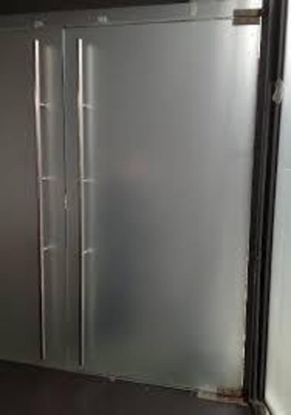 Puerta de cristal dos hojas abatible para oficinas, locales comerciales, tiendas....Personalizadas y hechas a medida. Acabados de primera calidad. Instalado en Paseo de Gracia, Barcelona.