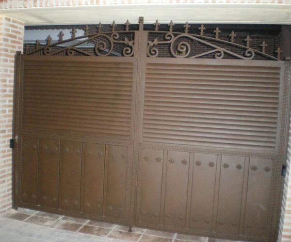 P1 - Puerta de carruajes con lamas de tubo elíptico.