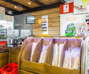 Estación de servicio con productos de panadería