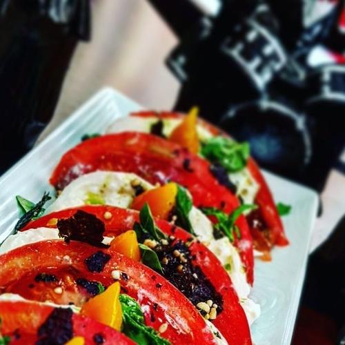 Caprese de espinaca, tomate rosa y burrata