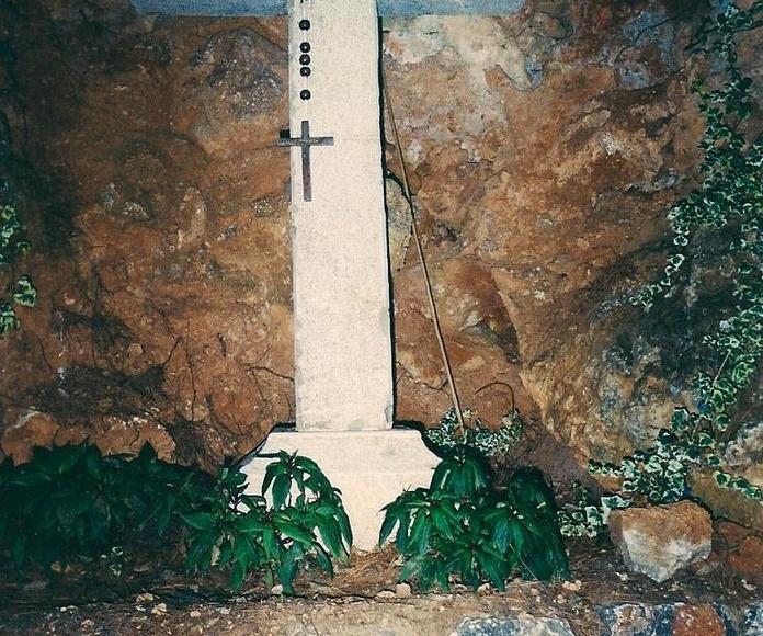 cruz en piedra natural