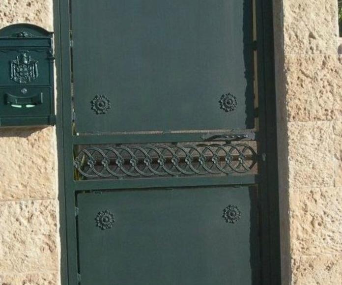 Puerta de hierro de 1 hoja abatible con la parte superior curva