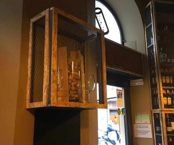 Botellero en hierro combinado con perfil de corcho y malla gallinero