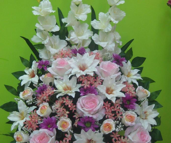 centroa artificial de gladiolos margaritas kalanchoe y rosas en Madrid
