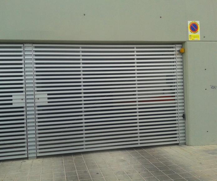 A63 Puerta Batiente comunitaria de barrotes de aluminio y chasis metálico