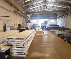 Almacén de hierro y panel
