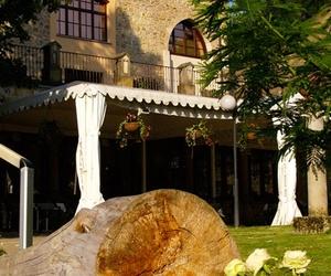 Restaurante con jardín exterior