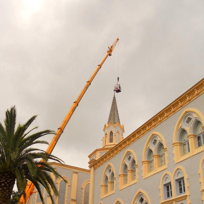 Trabajos de mantenimiento con grúas-instalación de cruz Monasterio de Cobreces