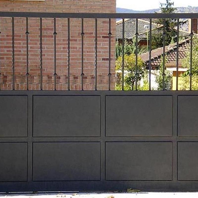 Puerta metálica para el paso de vehículos.: Trabajos de Cerrajería Alberto Bautista