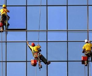 La limpieza de fachadas de edificios de cristal