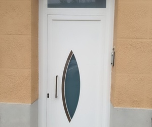 Puerta aluminio con un fijo superior con vidrio mate.