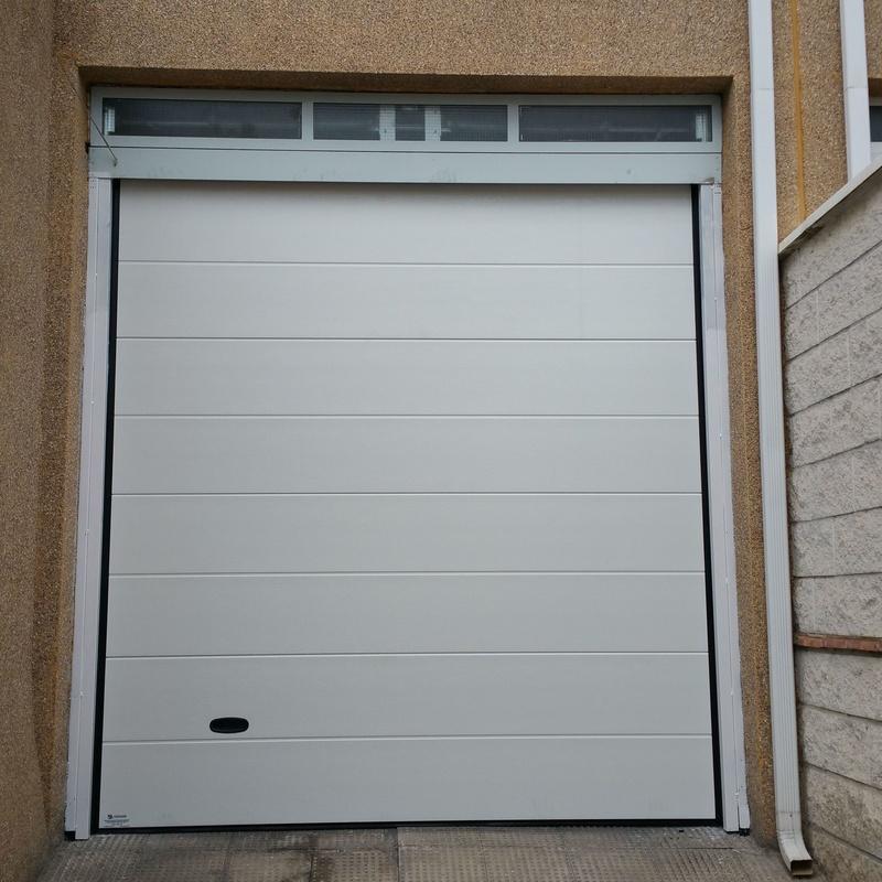 Puerta seccional blanco acabado 2D.