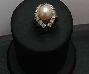 Anillo en oro blanco con diamantes y perla