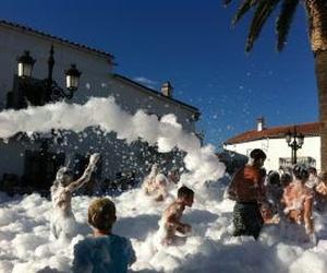 Fiesta de la espuma en Huelva