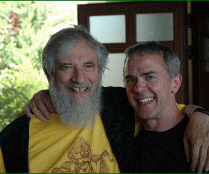 Carlos Pérez (derecha) con Claudio Naranjo (izquierda), quien le ha enseñado y autorizado a impartir Meditación Interpersonal.