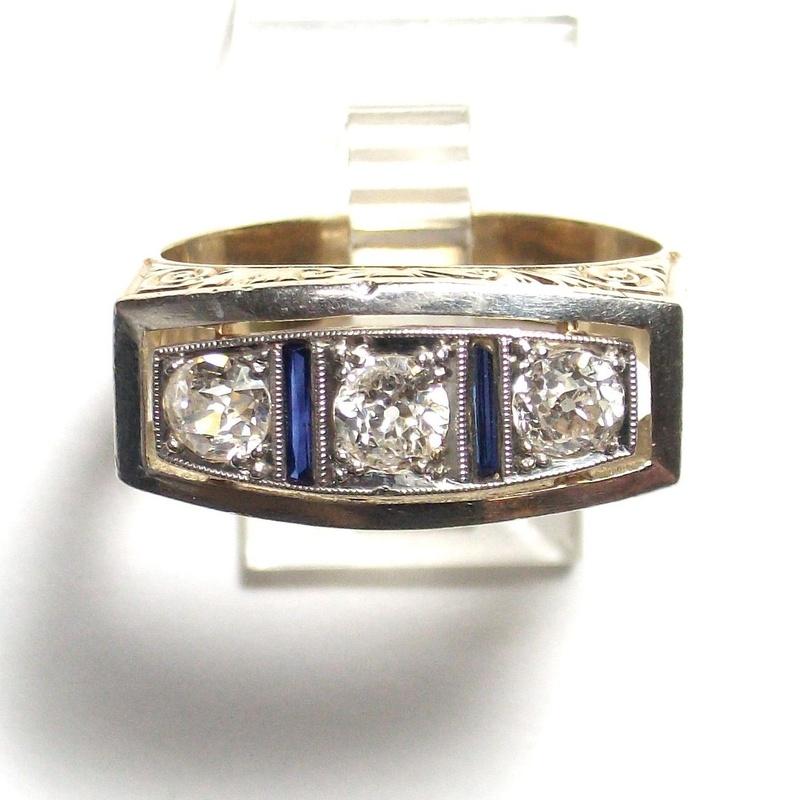 Sortija de caballero en oro con zafiros incoloros y vidrio azul. 1950.: Catálogo de Antigua Joyeros
