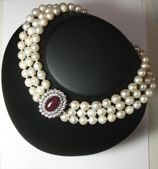 Collar de perlas cultivadas con cierre de oro con diamantes y rubí. 60-70.