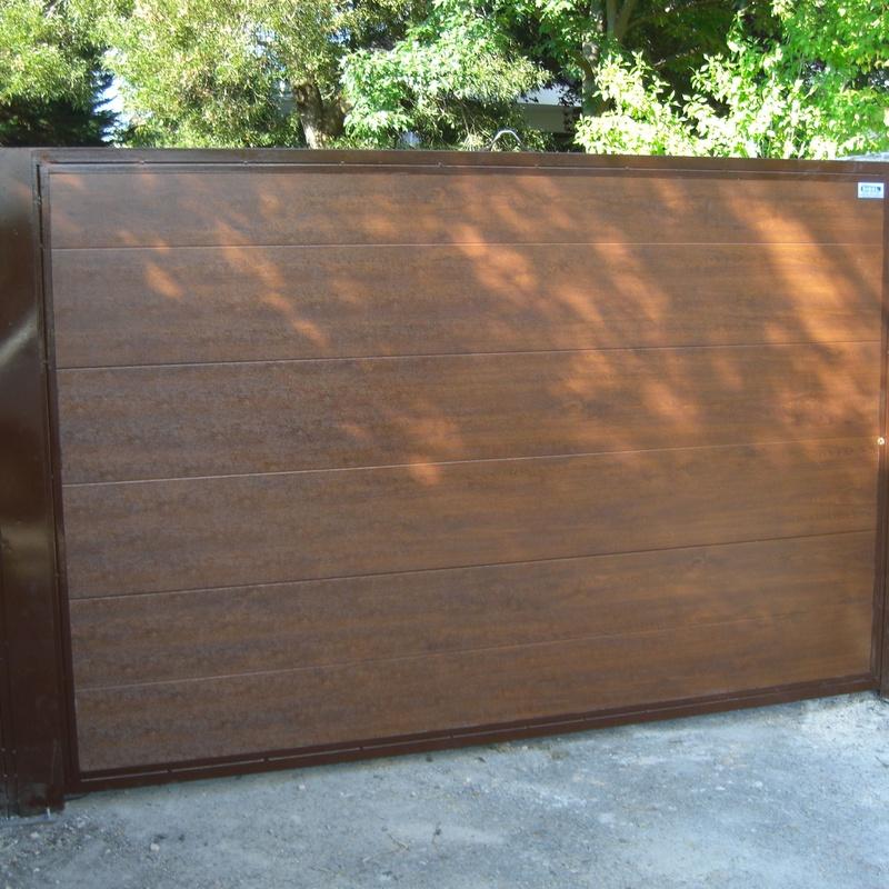 Puerta batiente con imitación madera