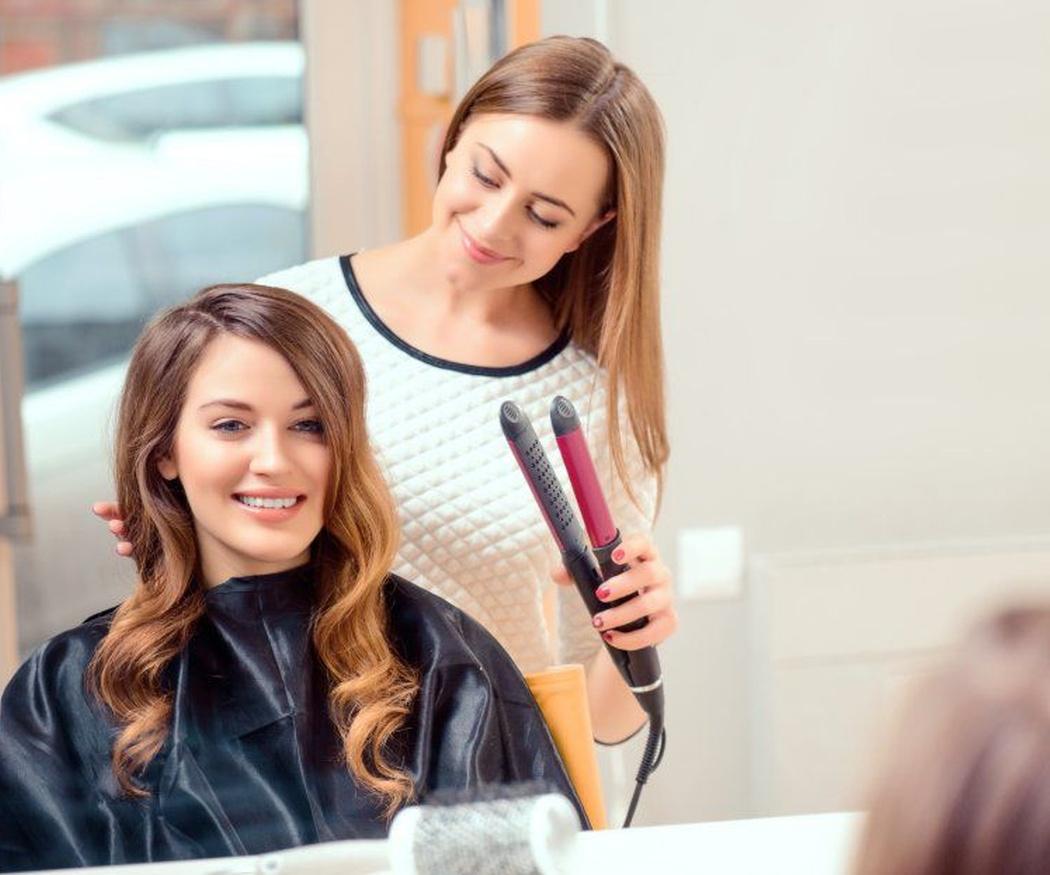 Razones por las que en casa es imposible peinarse como en una peluquería