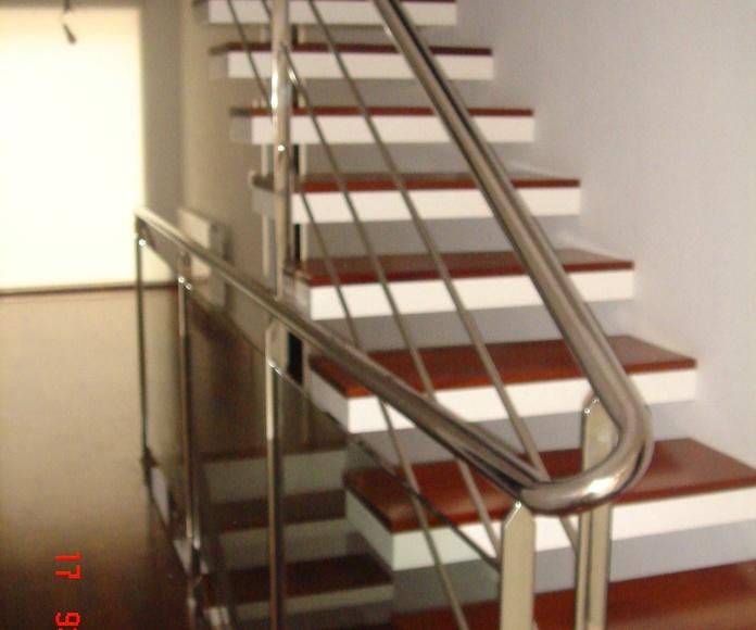 Barandilla de escalera : pilastras de pletina ,varillas transversales de 15mm y pasamanos de tubo de 40mm enlazado
